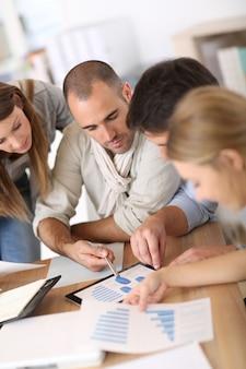 Commercieel team dat aan marketing plan werkt