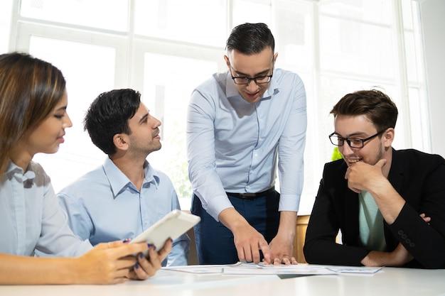 Commercieel team dat aan nieuwe strategie werkt