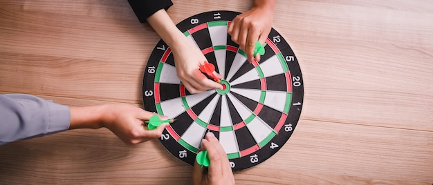 Commercieel team dat aan pijltjes richt die bij de zaken van het doelcentrum streven