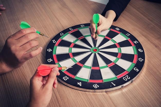 Commercieel team dat aan pijltjes richt die naar de zaken van het doelcentrum streven, die het bedrijfsconcept richten