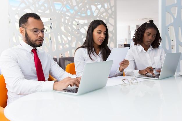 Commercieel team dat aan rapporten werkt