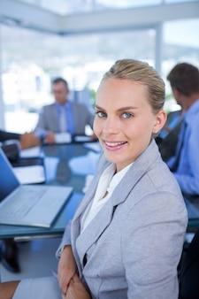 Commercieel team dat bij camera glimlacht