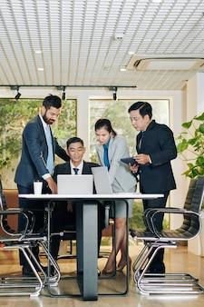 Commercieel team dat de resultaten van het werk bespreekt