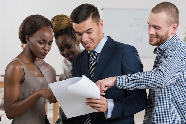 Commercieel team dat documenten en rapporten bespreekt