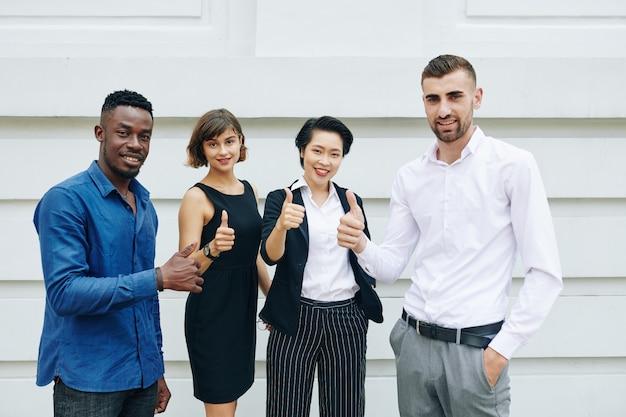 Commercieel team dat duim-omhoog toont