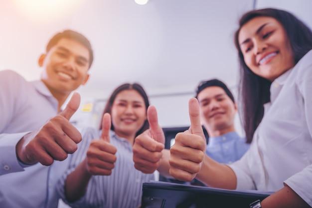 Commercieel team dat duimen toont zoals als teken. close-up van de hand.