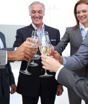 Commercieel team dat een succes viert
