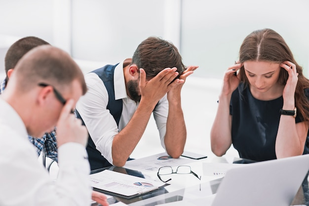 Commercieel team dat financiële problemen van een nieuwe startup bespreekt