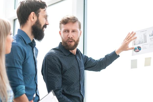 Commercieel team dat financiële schema's bespreekt die op kantoor staan. foto met kopieerruimte