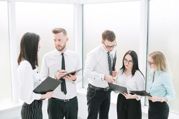 Commercieel team dat het werkplan vóór de vergadering bespreekt
