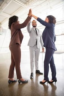 Commercieel team dat high five geeft