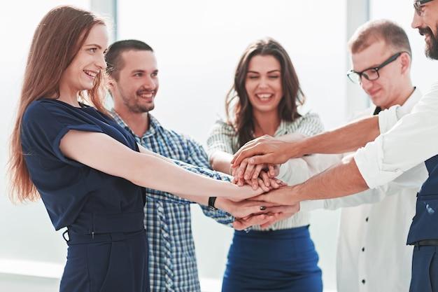 Commercieel team dat hun eenheid toont