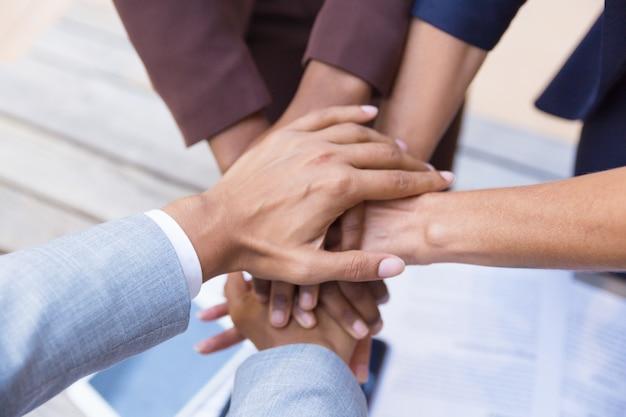 Commercieel team dat hun handen samenbrengt