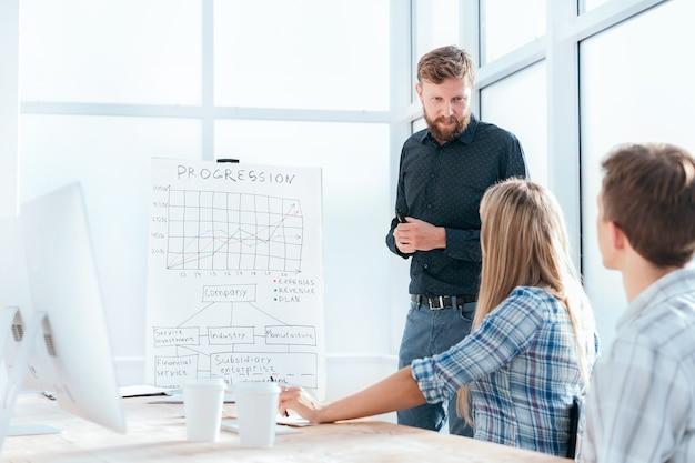 Commercieel team dat ideeën voor een nieuwe start bespreekt