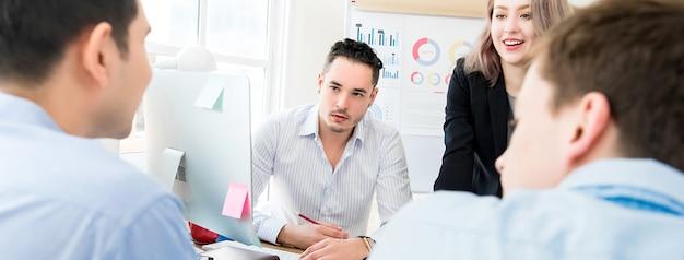 Commercieel team dat in de vergaderzaal bespreekt