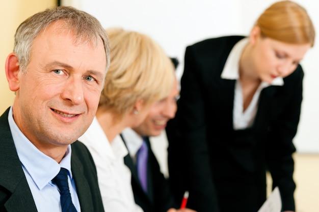 Commercieel team dat in een vergadering werkt
