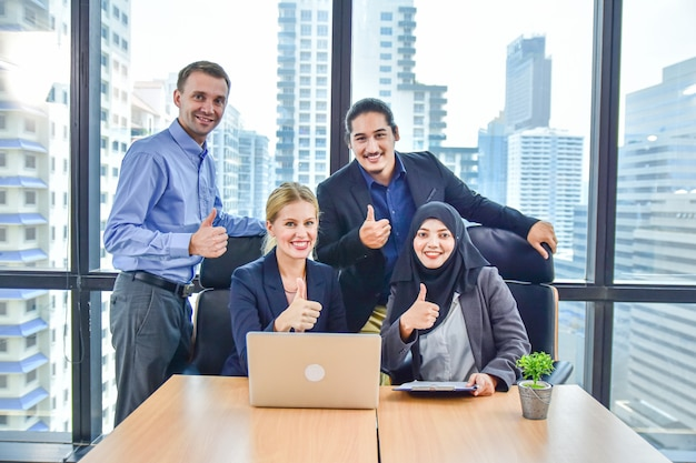 Commercieel team dat in office marketing succes werkt