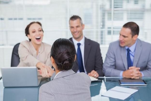 Commercieel team dat jonge kandidaat interviewt