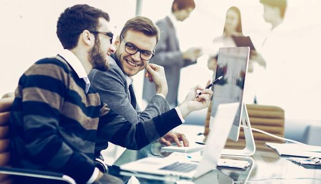 Commercieel team dat marketingschema's op de werkplek bespreekt op
