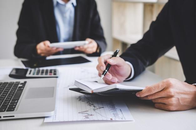 Commercieel team dat met computer, laptop, het bespreken en de beurshandel van de analysegrafiek handel handelt