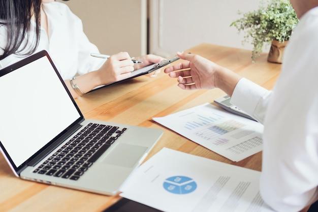 Commercieel team dat met startproject in het coworking werkt. marketingplannen op laptop gebruiken.