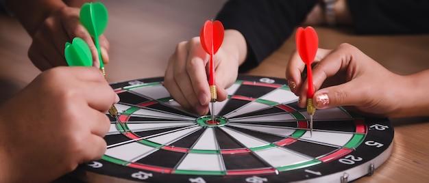 Commercieel team dat naar pijltjes richt die op de zaken van het doelcentrum richten