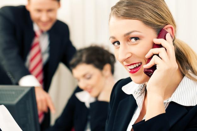 Commercieel team dat op kantoor werkt