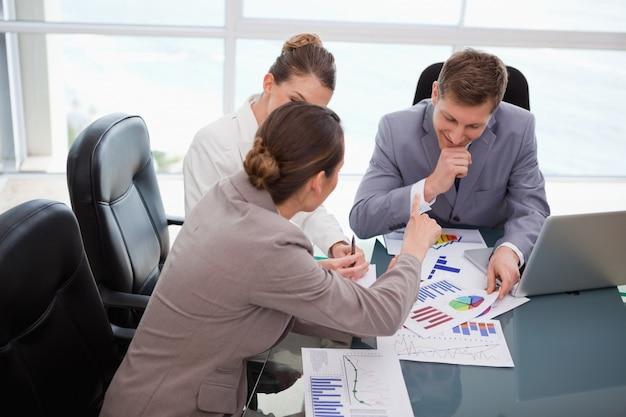 Commercieel team dat over marktonderzoek bespreekt