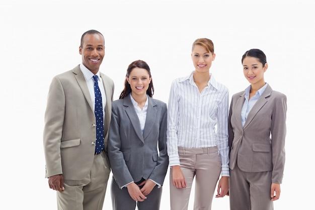Commercieel team dat zij aan zij glimlacht