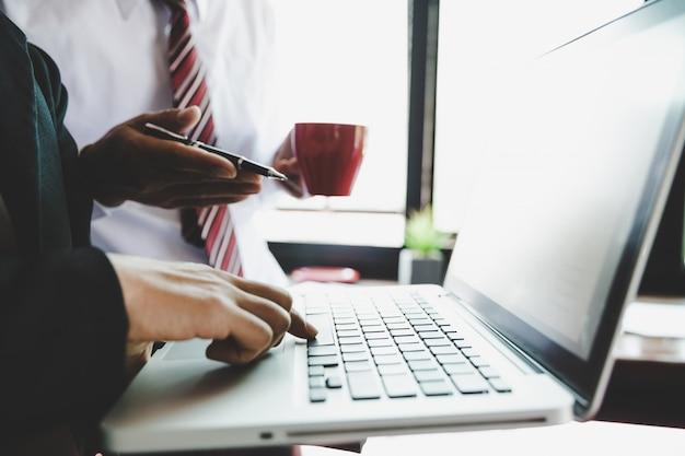 Commercieel team die inkomensgrafieken en grafieken met moderne laptop computer analyseren.