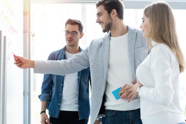 Commercieel team met tikraad in bureau die iets bespreken