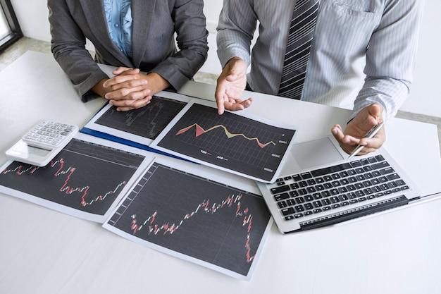 Commercieel team op vergadering om investeringshandelsproject en strategie van beursbeurs te plannen