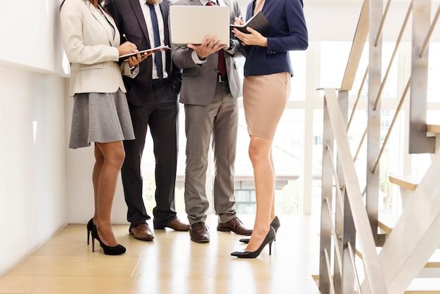Commercieel team werkend onderzoek planningsconcept