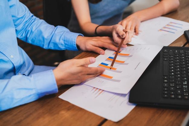 Commercieel teamvergadering en het analyseren van bedrijfs financieel document