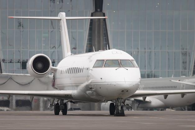 Commercieel vliegtuig klaar om op te stijgen