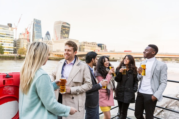 Commerciële groep bier drinken na het werk in londen