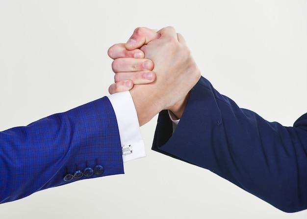 Commerciële samenwerkingsovereenkomst. succesvolle deal handdruk witte achtergrond. handen schudden tijdens vergadering. vriendelijk handdrukgebaar. handdruk na ondertekening van winstgevende overeenkomst. handdruk gebaar concept.