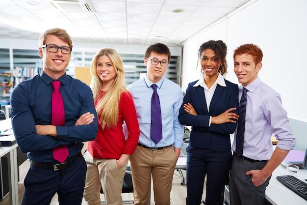 Commerciële teamjongeren die multi etnisch bevinden zich
