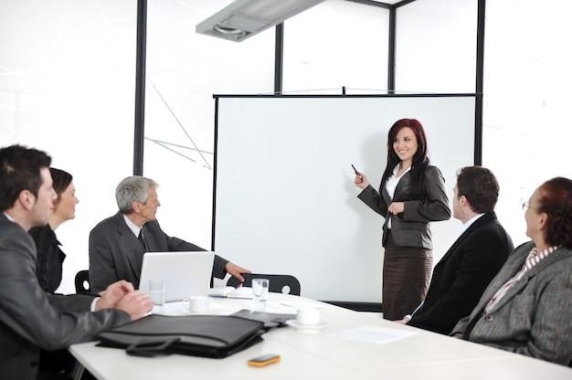 Commerciële vergadering - groep mensen op kantoor bij presentatie