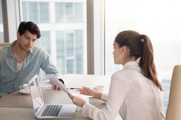 Commerciële vergadering, man en vrouw die aan project op kantoor werken