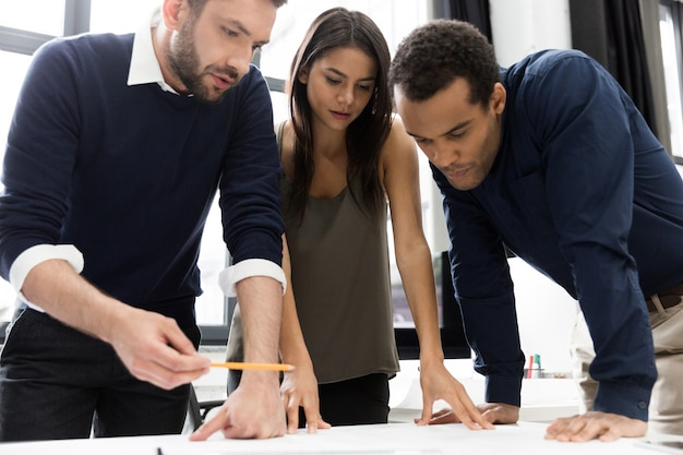 Commerciële vergaderingsmedewerkers die het project in bureau bespreken