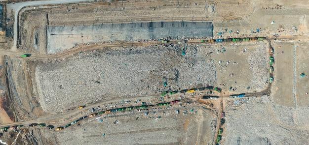 Communautaire stortplaats voor vast afval en sanitaire stortplaats. antenne van vliegende drone