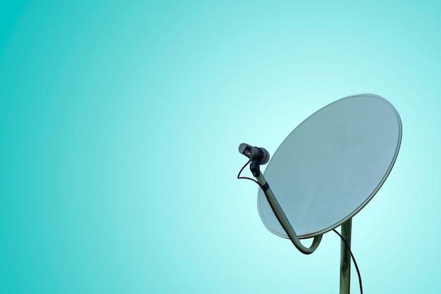 Communicatie concept met satellietschotel op pastelkleurachtergrond