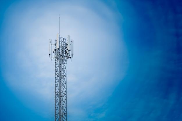 Communicatie de repeatertoren van de torenantenne op blauwe hemel