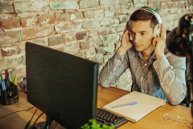 Communicatie. man aan het werk vanuit huis, extern kantoorconcept.