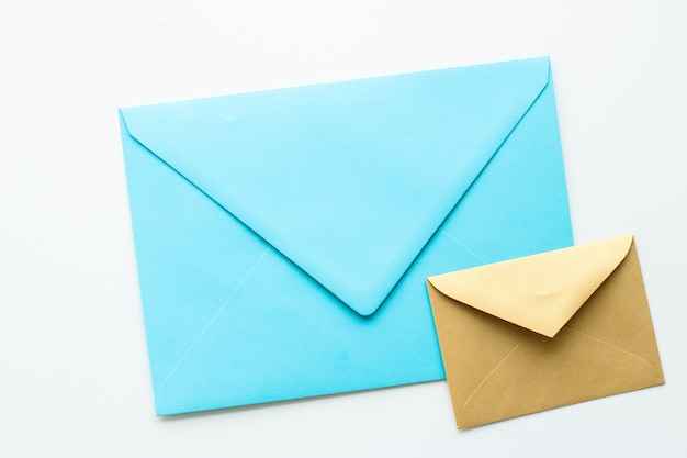 Communicatie, nieuwsbrief en bedrijfsconcept - enveloppen op marmeren achtergrond, bericht