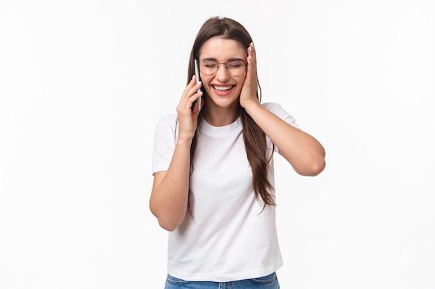 Communicatie-, technologie- en levensstijlconcept. portret van opgewonden en gelukkige, overweldigde jonge blanke vrouw krijgt uitstekend nieuws