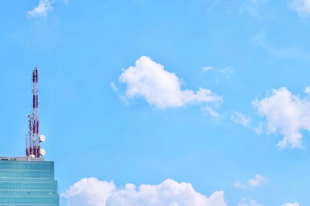 Communicatie toren en elektrische pool met blauwe hemel