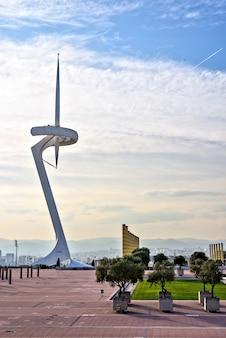 Communicatie toren in olympisch stadionpark bij zonsondergang, barcelona, spanje