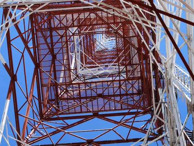 Communicatie toren met achtergrond van de zonsondergang de blauwe hemel